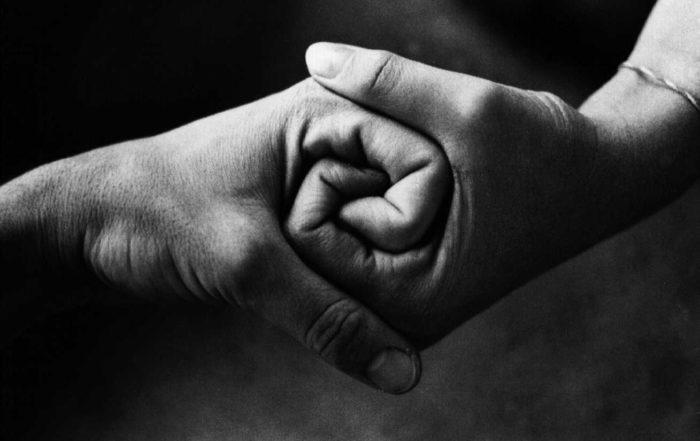 stringere le mani